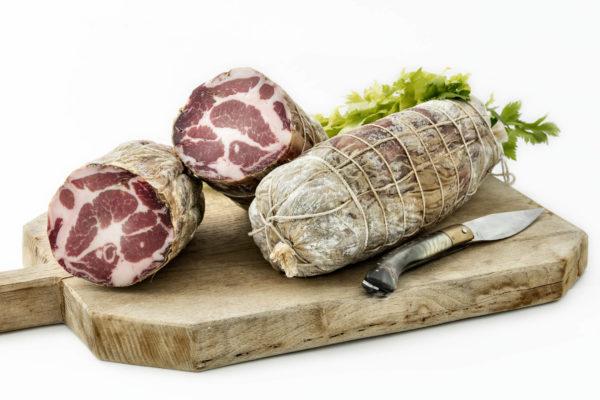 Coppa stagionata di maiale nostrano, prodotta in Gallura, foto su tagliere in legno