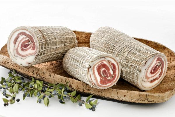 Pancetta arrotolata nostrana, prodotta in Gallura, foto su vassoio di sughero con mirto